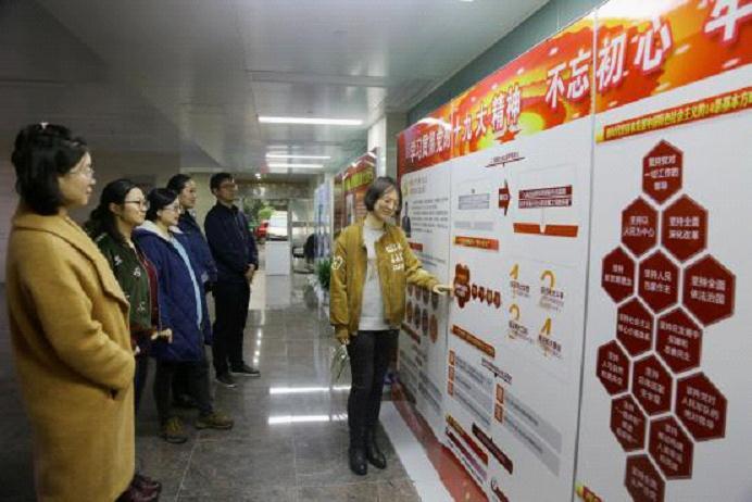 图为该办精心制作展出了党的十九大报告专题学习展板,通过图解核心