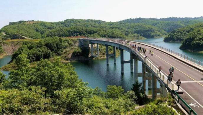 终点设在丹江口国家级森林公园内的千岛画廊景区,全程约20公里,该路段